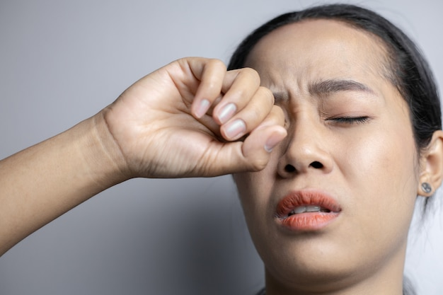 強い目の痛みに苦しんでいる女性。