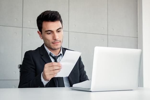 男性社員は懐疑的に文書を保持しています。