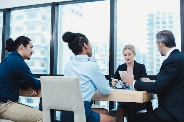 ビジネスチームと会議室のマネージャー。