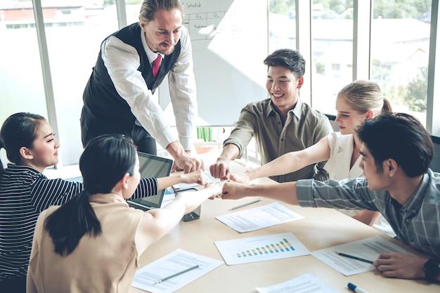 チームワークの結合の手でグループビジネスの人々の成功。