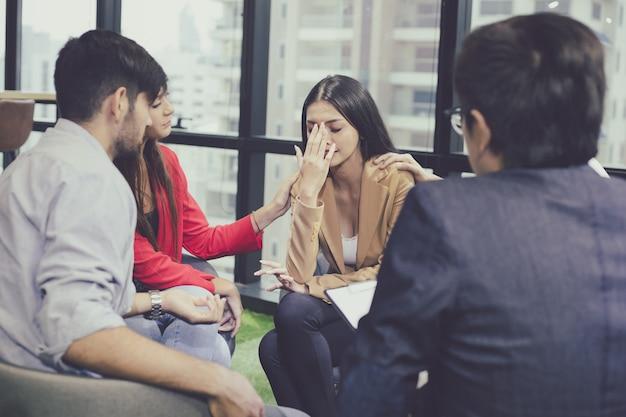 Группа проблемных молодых людей разговаривает с наставником.