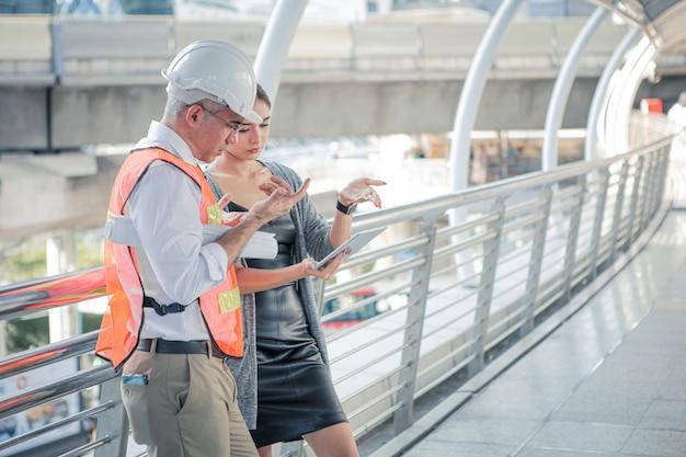 Старшие инженеры описывают детали проекта для молодых женщин-клиентов.