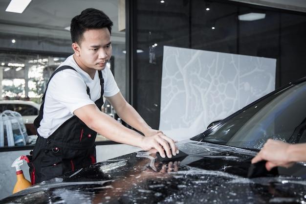 メカニックは車の塗装保護フィルムを取り付けます。