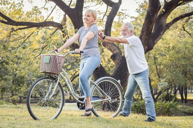 高齢者夫婦が一緒に自転車に乗っています。