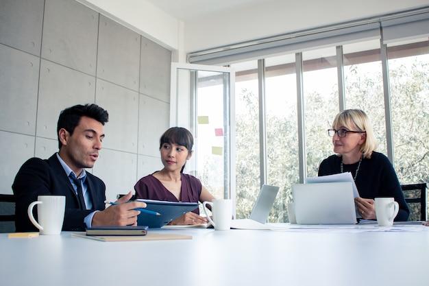 ビジネスマンは会社の仕事を交渉するために話します。