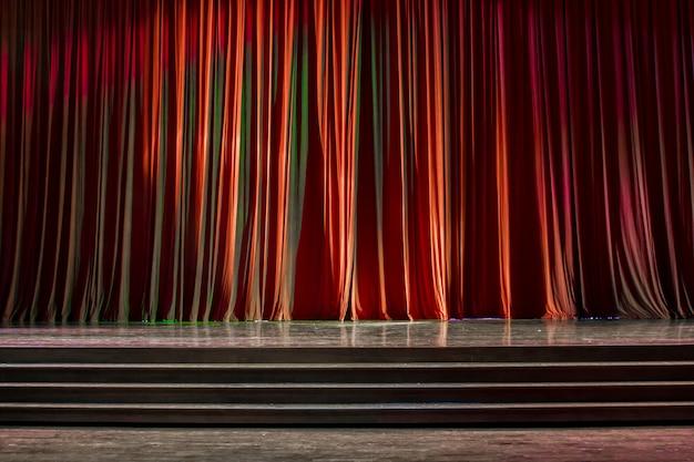 カーテンと木製のステージ。