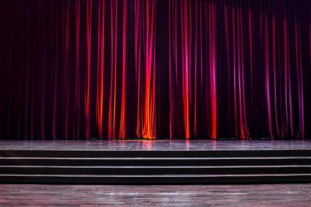 木と赤いカーテンを上演してください。