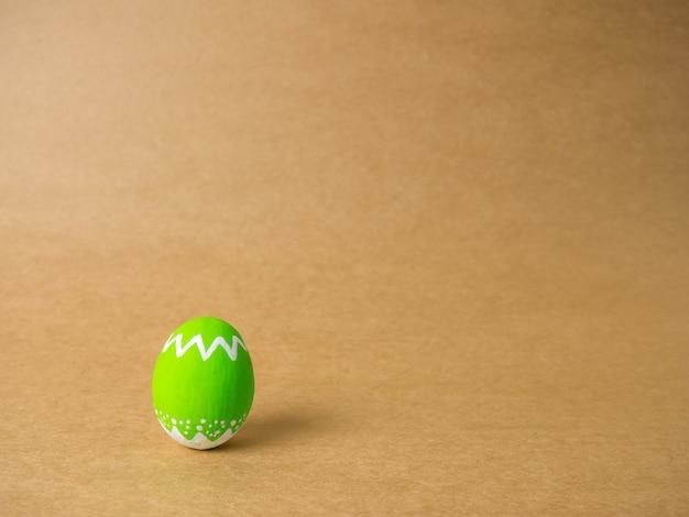 Пасхальные яйца на коричневом фоне.