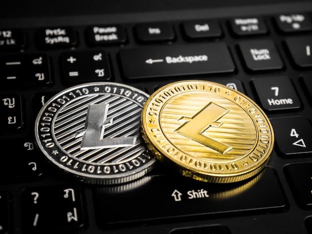 黒いキーボードのライトコイン。
