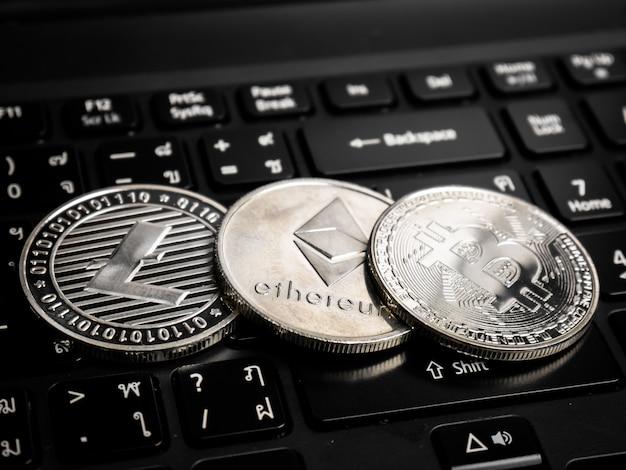 黒いキーボードの暗号通貨。