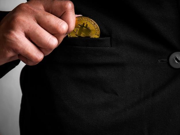 Золотую биткойн поместили в черный костюм.