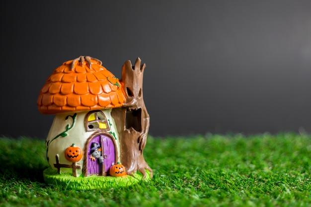 草の上のハロウィーンのおもちゃ。