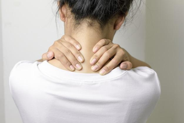 女性は首の痛みがあります。