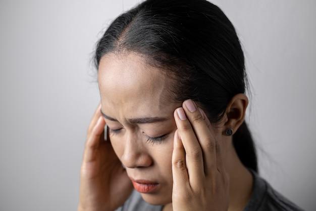 ストレスや頭痛の若い女性。
