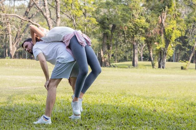 公園でカップルが運動しています。