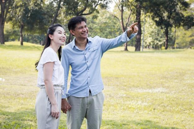 公園の大人の男性と女性のカップル。