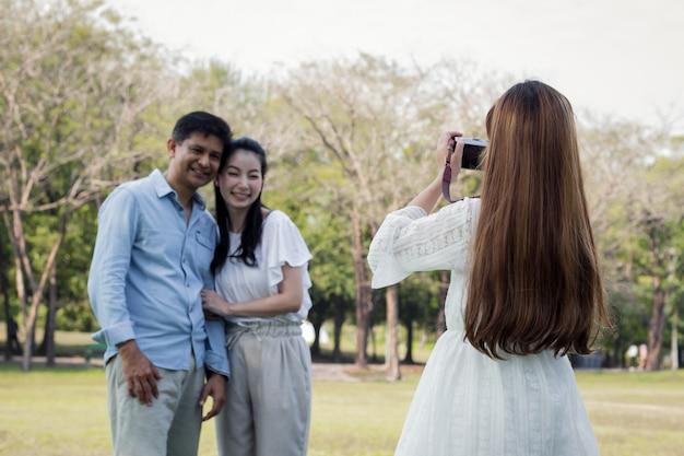 子供は親のために写真を撮っています。