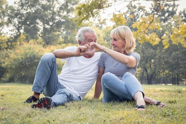 秋の公園でロマンチックな成熟したカップル。