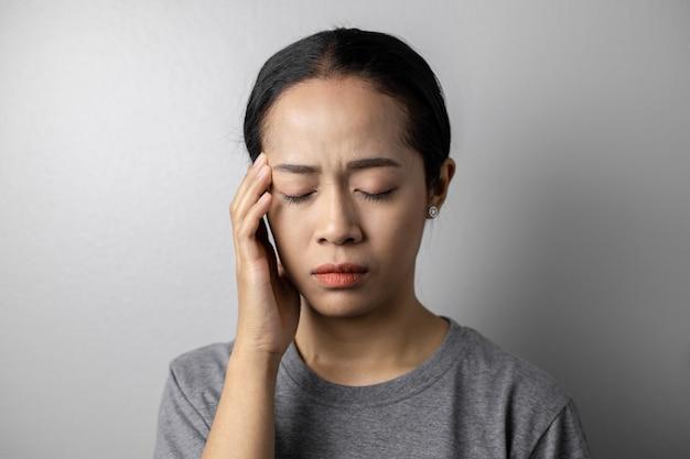 Молодая женщина с стрессом и головными болями.