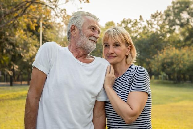 年配のカップルはお互いを抱きしめ、幸せそうに笑います。