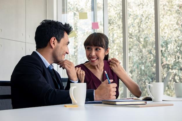 Бизнес мужчины и женщины рады подписанию совместного делового соглашения.