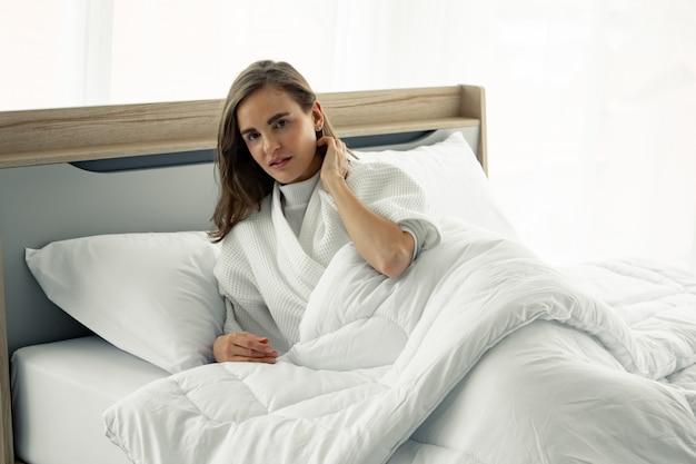 自宅のベッドで若い美しい睡眠。