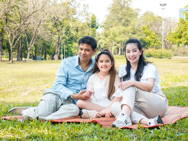 ピクニックにアジアの家族