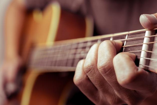 Музыканты играют на акустической гитаре.