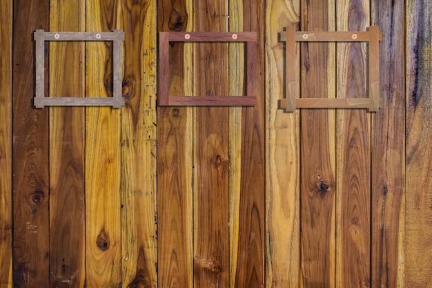 木製の壁に古いフォトフレーム。木製の写真フレーム。