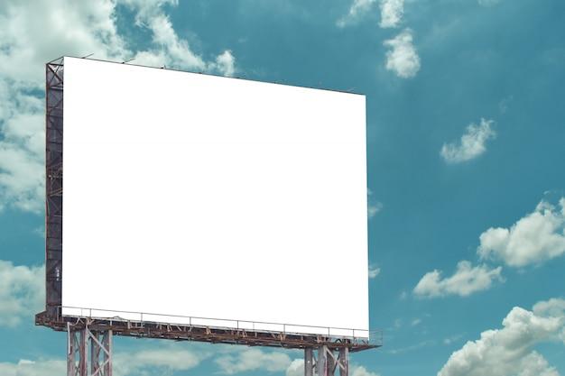青い空、屋外広告に対してブランクの看板。