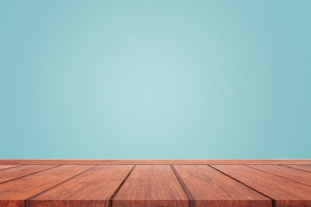 ライトブルーセメント壁テクスチャと茶色の木の床の背景の空のインテリアルーム。コンセプトインテリアビンテージスタイル