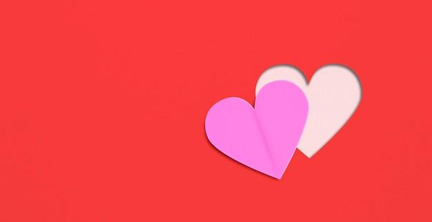 フラットは、赤い紙の背景に心を置きます。バレンタインの日の概念。