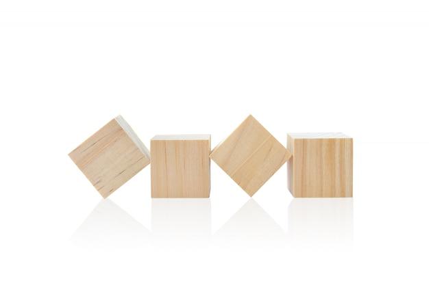 Деревянные кубики игрушки изолированные на белой предпосылке.