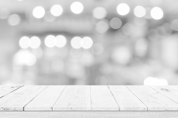Пустая белая столешница, счетчик над размытия белого боке светлом фоне. деревянная полка для отображения продукта, баннера или макета.