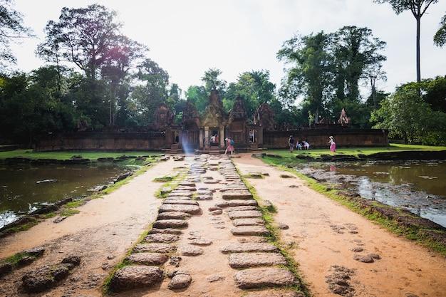 美しい寺院の観光客古代バイヨン城、アンコールトム、シェムリアップ、カンボジア