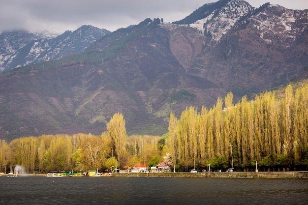 ダール湖のライフスタイル、ダール湖と山の背景に沿ったハウスボート