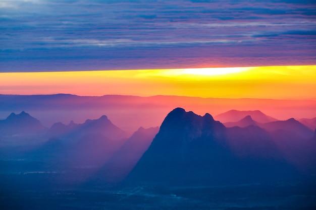 Мягкий фокус и размытие красивый пейзаж на вершине горы с солнцем на рассвете