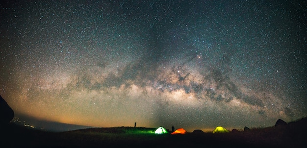 星の天の川と青い暗い夜空