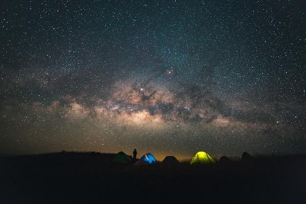 Синее темное ночное небо со звездным млечным путем