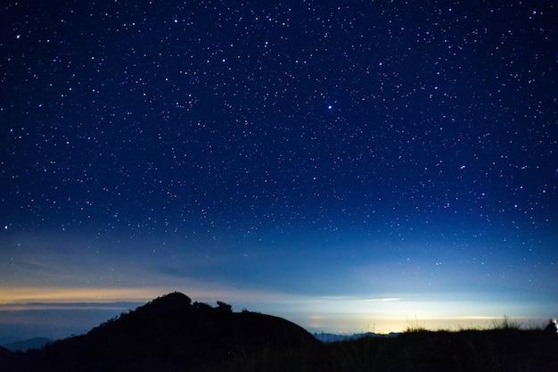 山の頂上に星がある夜空