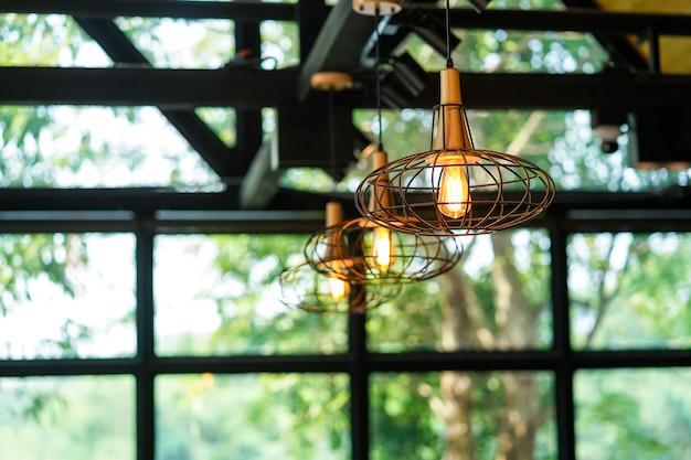 レトロなスタイルの吊り下げランプ、美しい光を放ちます。
