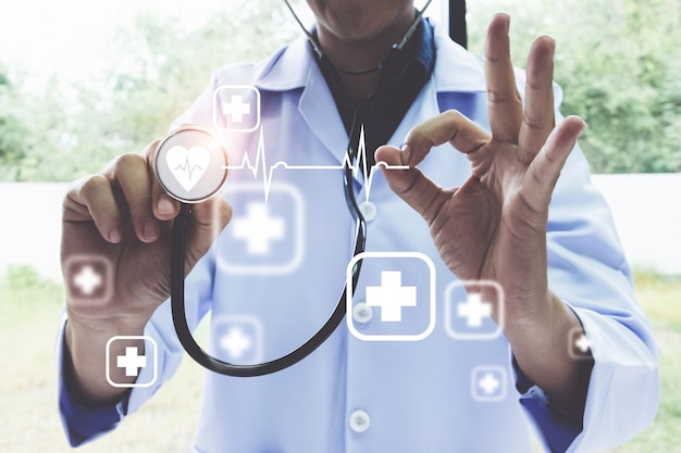 アイコンの医療と現代の仮想画面インターフェイスで聴診器を使用して医師