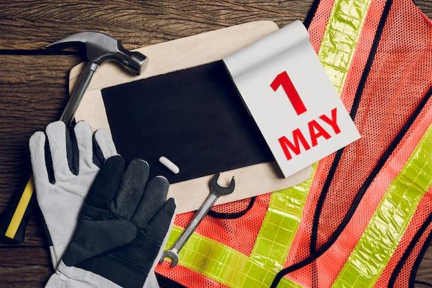 Сланцевая доска, защитная одежда и ручной инструмент