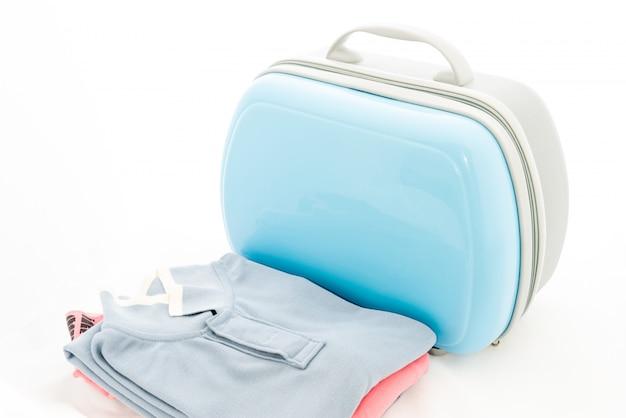衣服、トラバリング用の青いスーツケース