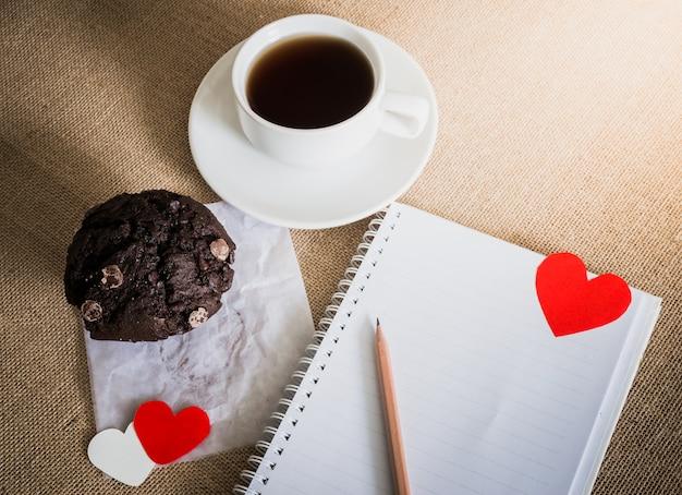 チョコレートマフィンと砂糖テクスチャのコーヒーと心