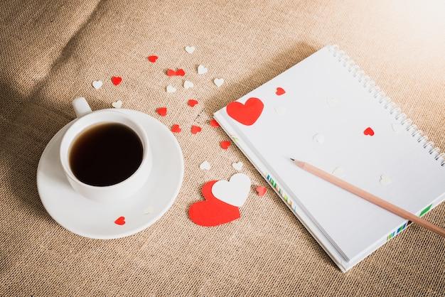 コーヒーカップとサッククロスのテクスチャの心