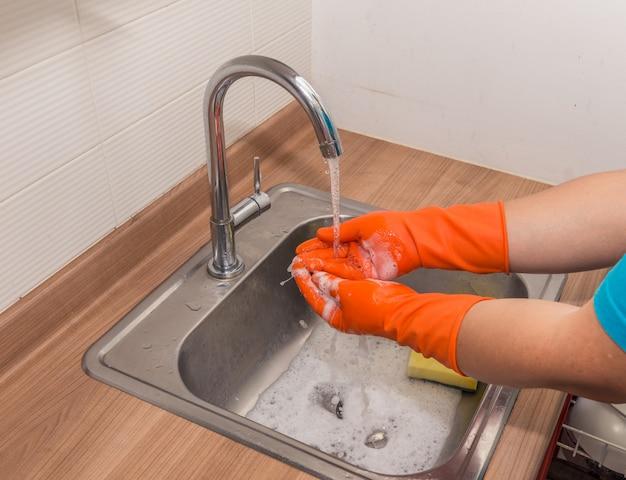 手袋を着て手を洗う。洗濯手