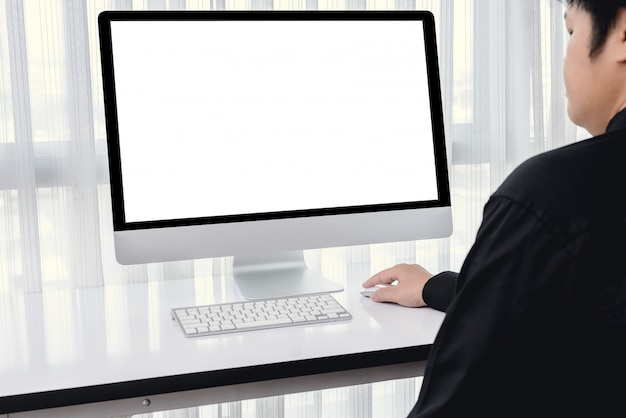 Мужчины используют компьютерную мышь
