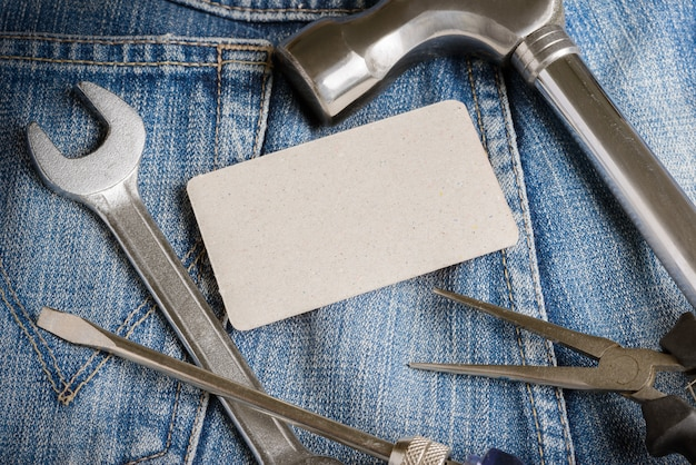 デニムの労働者のポケットにいくつかのツール