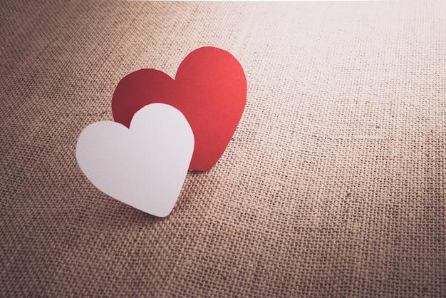Красный символ сердца на поверхности мешка из ткани